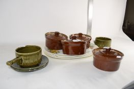 FOUR KITCHEN DISHES, BROWN GLAZED, WITH COVERS AND FURTHER PYREX PLATES
