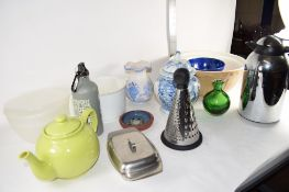 BOX CONTAINING CERAMIC ITEMS INCLUDING BLUE AND WHITE VASE AND COVER AND KITCHEN ITEMS