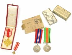 Boxed WWII campaign medal pair 1939-45, Defence medal to Mr J T Plumridge, cased Continental pro