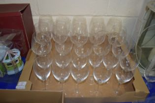 TRAY OF MAINLY WINE GLASSES