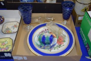 SMALL TRAY CONTAINING GLASS WARES, TWO BLUE GLASS WINE GLASSES, A PLATE WITH FLORAL DECORATION