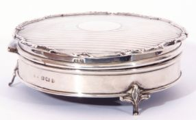 George V silver ring box of circular form with engine turned decoration to hinged lid, applied