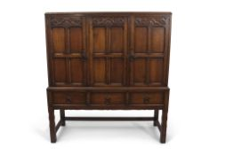 Early 20th century Waring & Gillow oak side cabinet in the Arts & Crafts manner, the front with