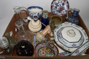 BOX CONTAINING VARIOUS CERAMICS INCLUDING SMALL DOULTON VASE AND SOME GLASS WARES, DECANTERS