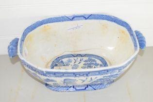 LARGE TUREEN DECORATED IN WILLOW PATTERN, 19TH CENTURY (A/F)