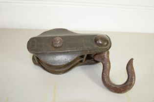 PLASTIC BOX CONTAINING SHIPS PULLEY WITH HOOK