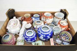 BOX CONTAINING CHINA INCLUDING TWO ORIENTAL GINGER JARS WITH BLUE AND WHITE DESIGN, A WEDGWOOD TEA