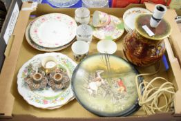 TRAY CONTAINING MIXED LOT OF CERAMICS INCLUDING A CROWN DEVON TABLE LAMP, A DERBY BOWL, CAUGHLEY TEA