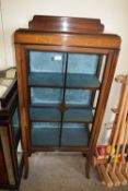 SMALL EDWARDIAN CHINA CABINET WITH STRUNG DECORATION AND ASTRAGAL GLAZED SINGLE DOOR, WIDTH APPROX