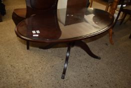 MAHOGANY EFFECT OVAL COFFEE TABLE, APPROX 120CM X 65CM WITH STRUNG EFFECT DECORATION TO TOP