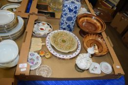 TRAY CONTAINING POTTERY ITEMS AND WOODEN BOWLS