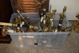 BOX CONTAINING A LARGE QUANTITY OF VARIOUS METAL TABLE LAMPS