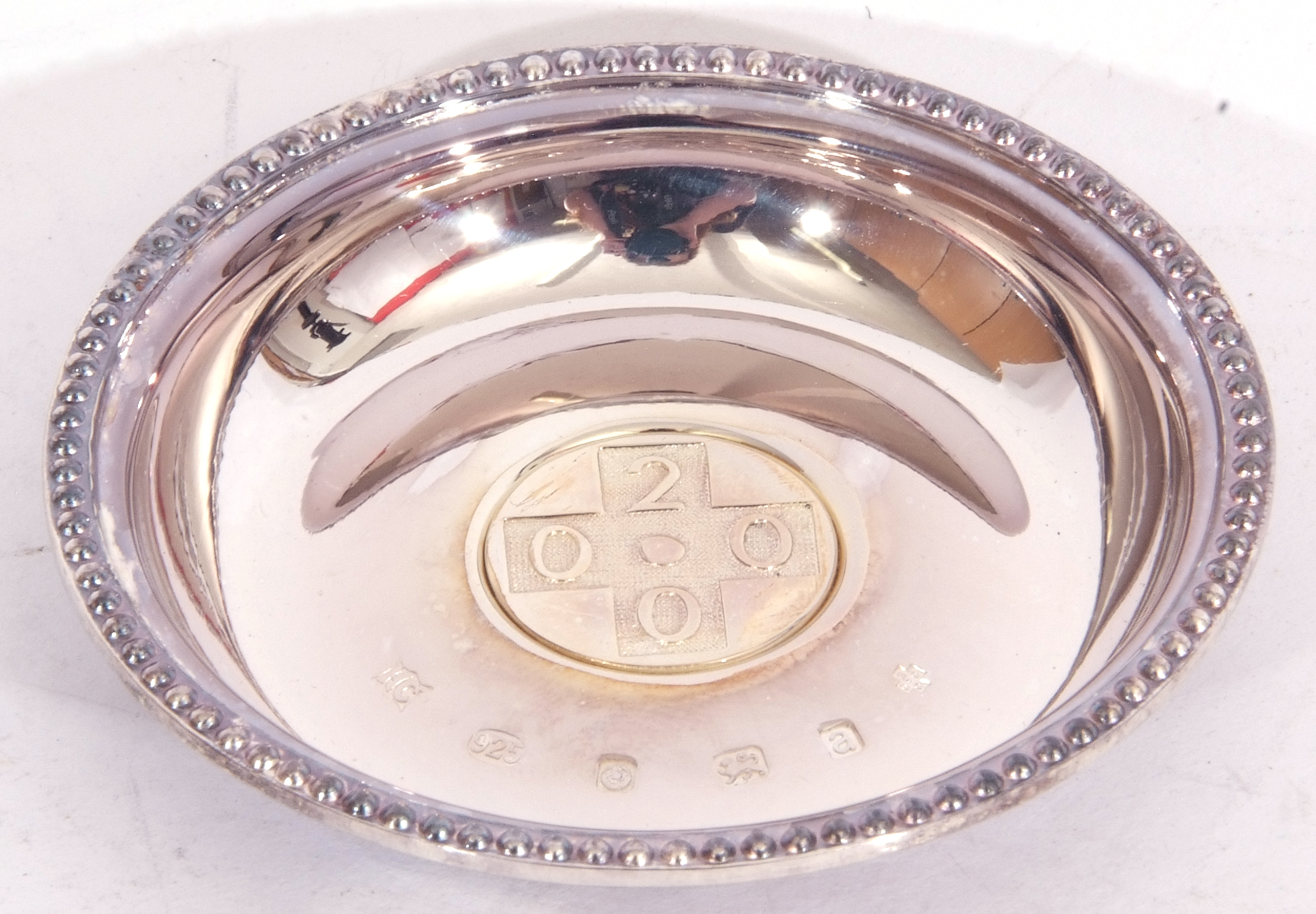 """Hallmarked silver miniature circular dish, """"2000"""" together with a French agricultural medallion - Image 3 of 9"""