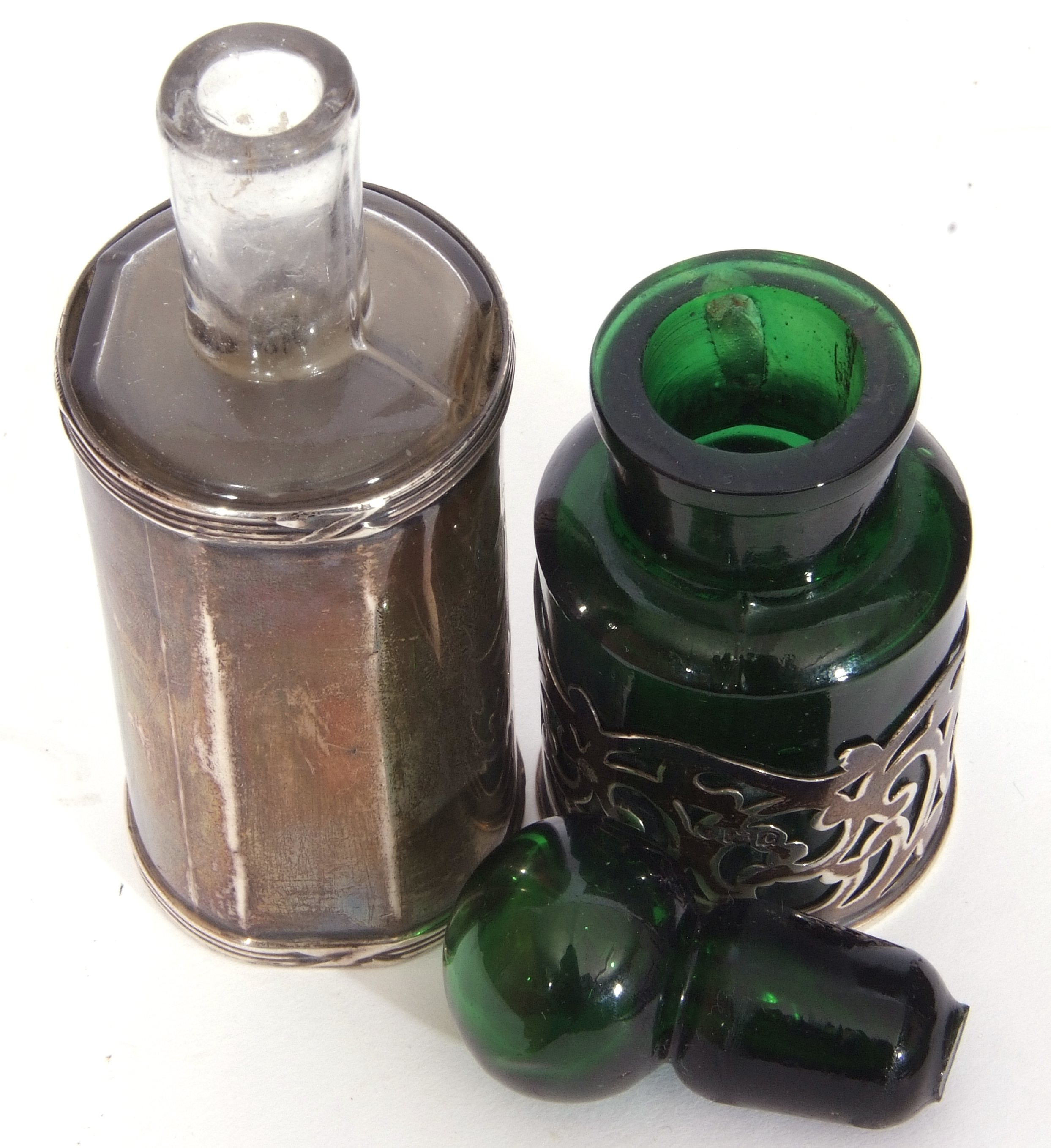 Mixed Lot: Victorian clear faceted glass double ended scent bottle, with hinged and screw on - Image 7 of 13
