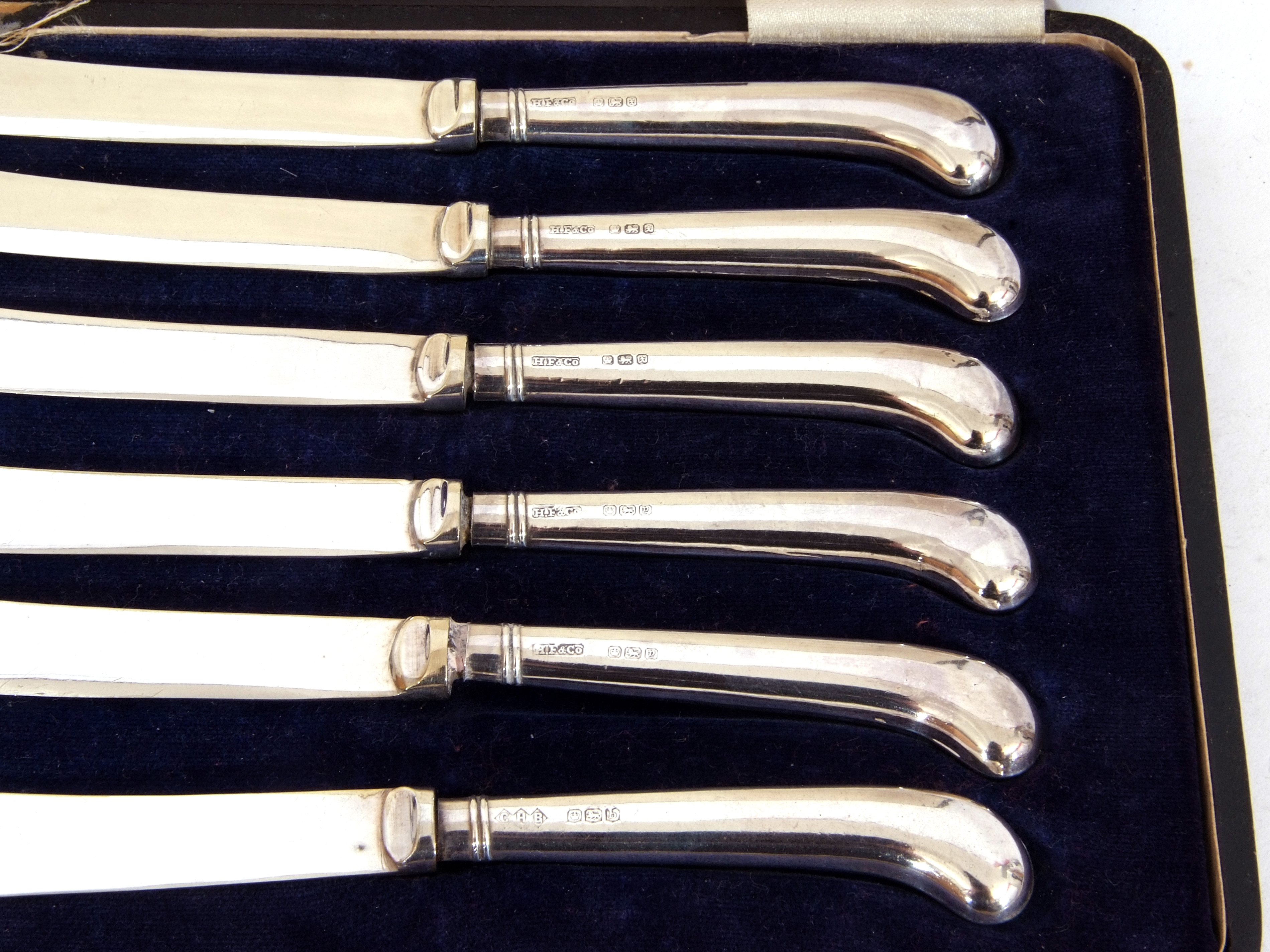 Cased six silver pistol handled tea knives, dated 1915/16/19 with mixed makers - Image 3 of 7