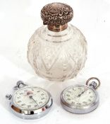 Mixed Lot: Edward VII cut glass scent bottle of globular form with hinged embossed shell and