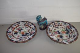 CHINESE POTTERY MODEL OF A DRAGON IN TURQUOISE GLAZE WITH QUANTITY OF IMARY STYLE PLATES
