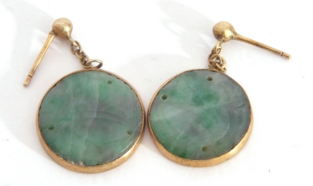 Mixed Lot: pair of carved jade disc earrings in gilt metal frames, a freshwater pearl necklace ( - Image 4 of 6