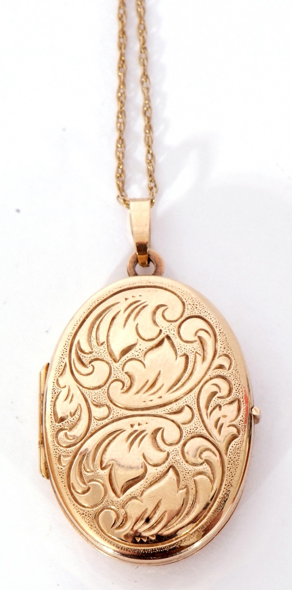 Modern oval yellow metal hinged locket, the front with engraved detail, burnished verso, suspended - Image 2 of 4