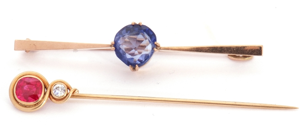 Mixed Lot: yellow metal stick pin, the finial with bezel set red stone and small brilliant cut - Image 2 of 5