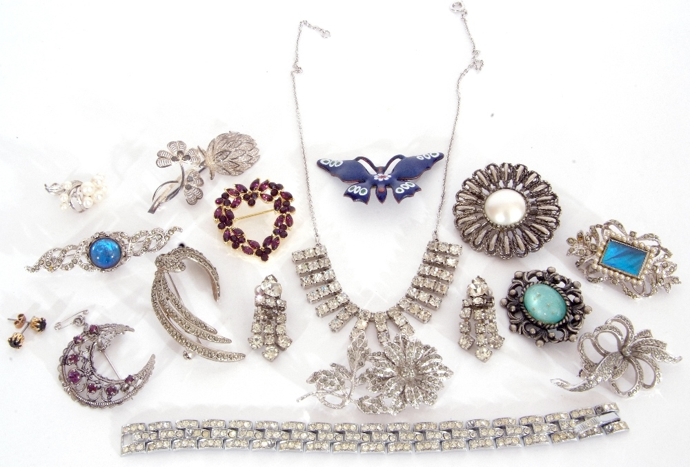 Mixed Lot: costume brooches (qty)