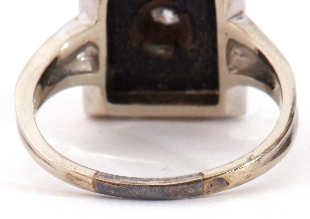 Art Deco style diamond and onyx ring, the rectangular shaped onyx panel 12 x 8mm, centrally set with - Image 5 of 7