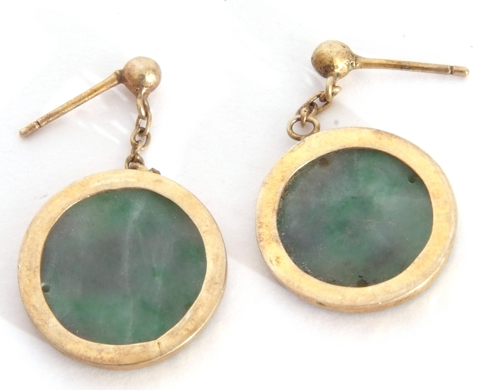 Mixed Lot: pair of carved jade disc earrings in gilt metal frames, a freshwater pearl necklace ( - Image 5 of 6