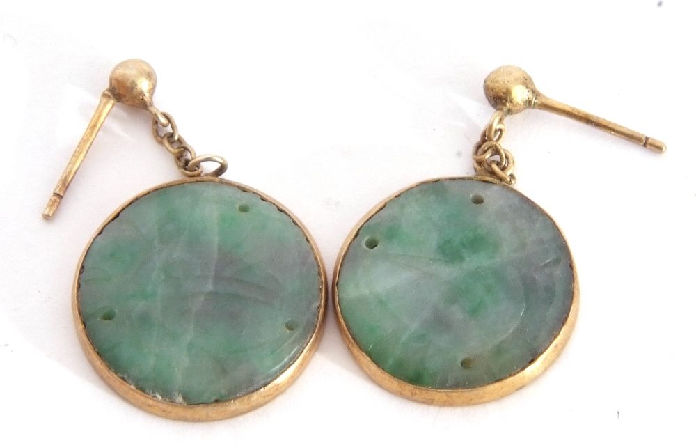 Mixed Lot: pair of carved jade disc earrings in gilt metal frames, a freshwater pearl necklace ( - Image 3 of 6