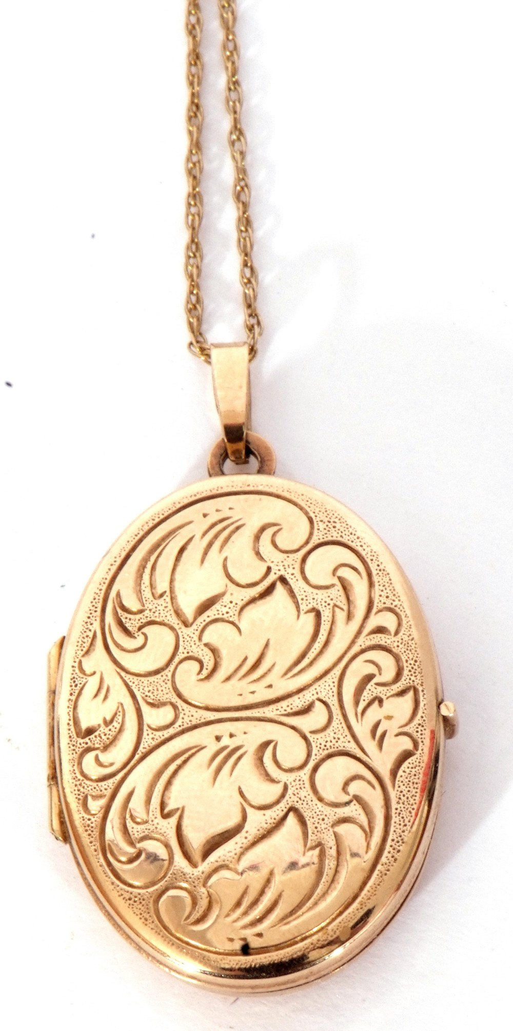 Modern oval yellow metal hinged locket, the front with engraved detail, burnished verso, suspended - Image 3 of 4