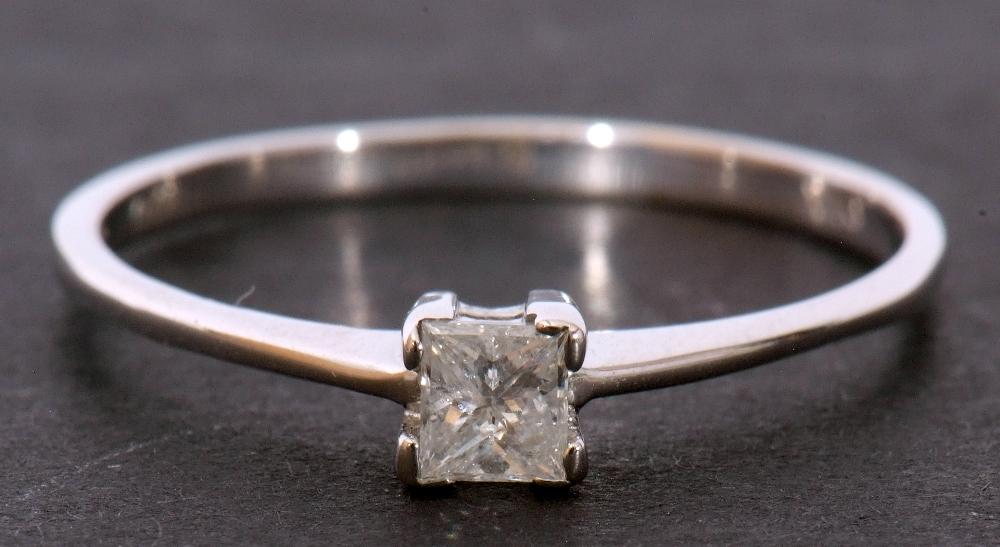Modern 9ct white gold, diamond single stone ring, featuring a princess cut diamond, 0.20ct approx, - Image 3 of 11