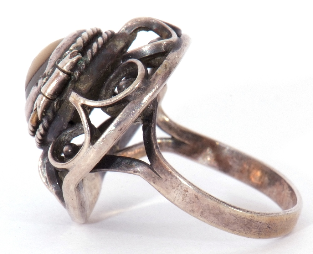 White metal filigree poison ring, the hinged mother of pearl lid opening to a vacant reservoir, - Image 5 of 9