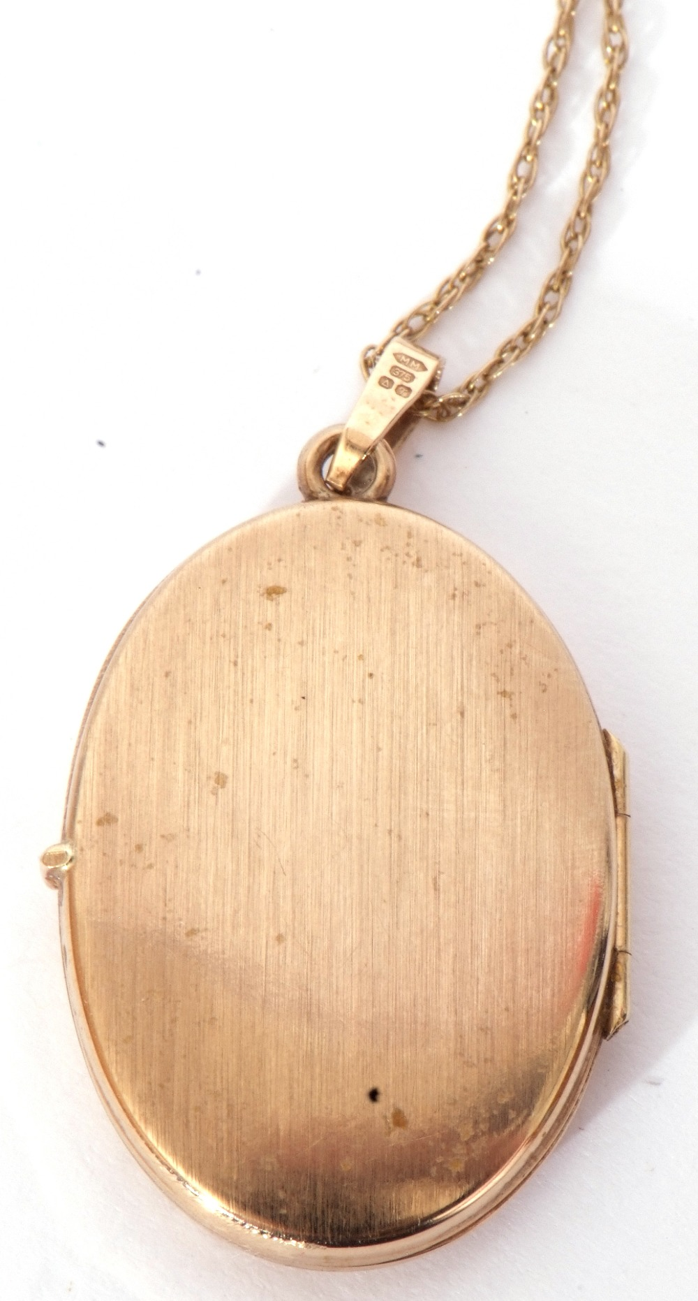 Modern oval yellow metal hinged locket, the front with engraved detail, burnished verso, suspended - Image 4 of 4