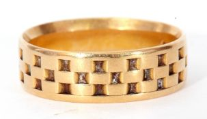 18ct gold wedding ring engraved with a chequerboard design, size O/P, 5.4gms