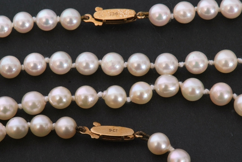 Mixed Lot: two cultured pearl necklaces, both a single row design, with uniform shaped beads, 4mm - Image 4 of 4