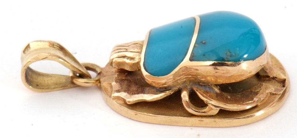 Mid-grade yellow metal and blue enamelled Egyptian scarab beetle pendant, 25mm long, 5.6gms g/w - Image 3 of 5