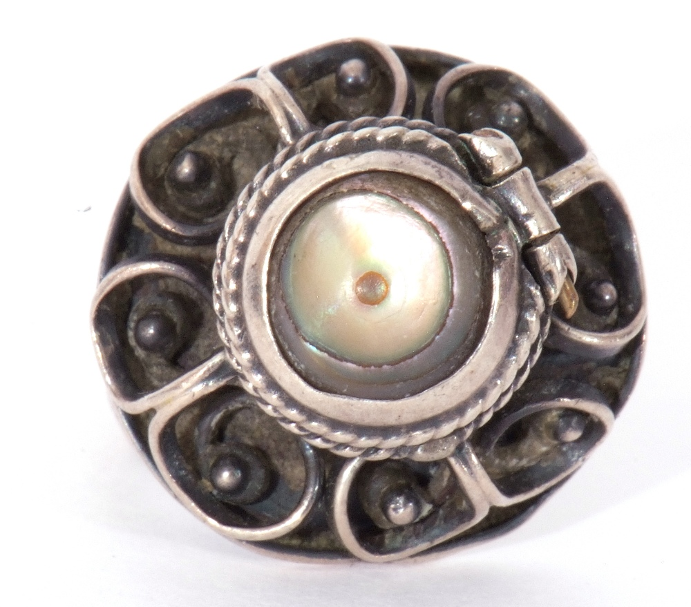 White metal filigree poison ring, the hinged mother of pearl lid opening to a vacant reservoir, - Image 3 of 9
