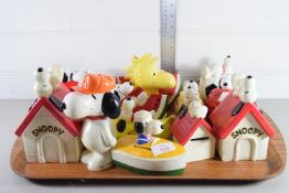 TRAY CONTAINING SNOOPY FIGURES AND KENNELS
