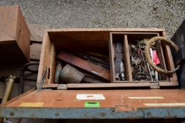 TOOLBOX CONTAINING QTY OF VINTAGE TOOLS, FILES, SPIRIT LEVEL ETC
