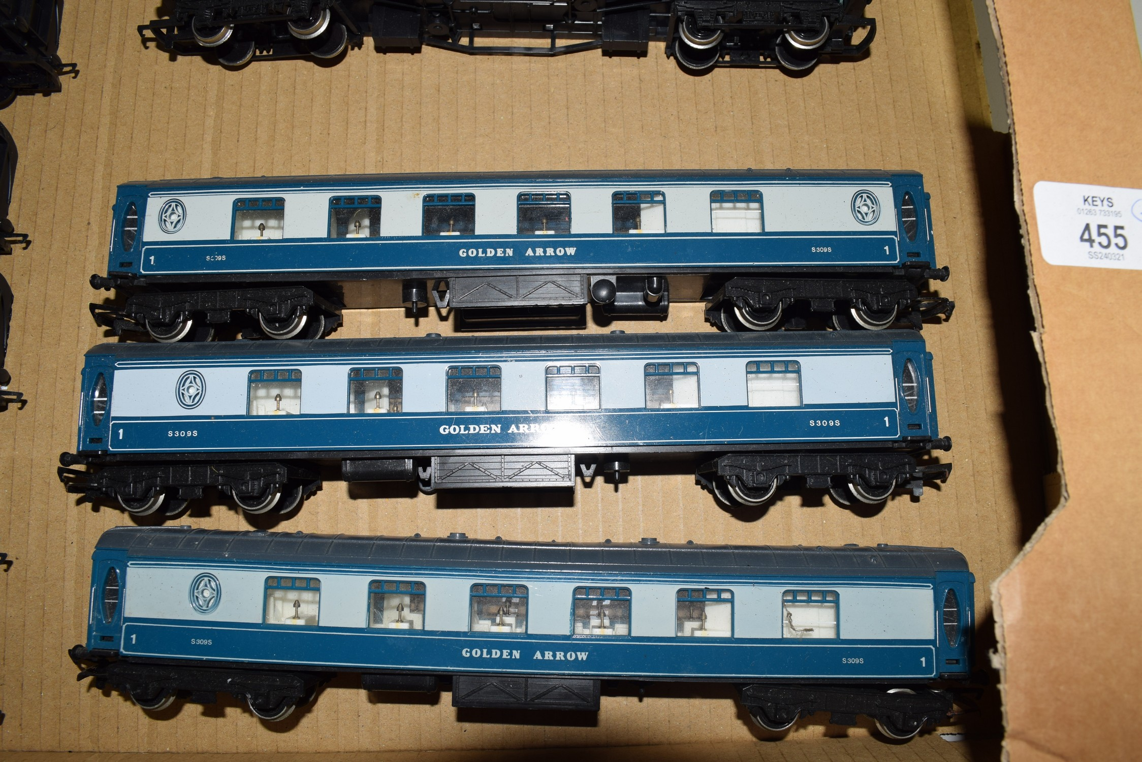 Unboxed 00 gauge group of three Golden Arrow coaches
