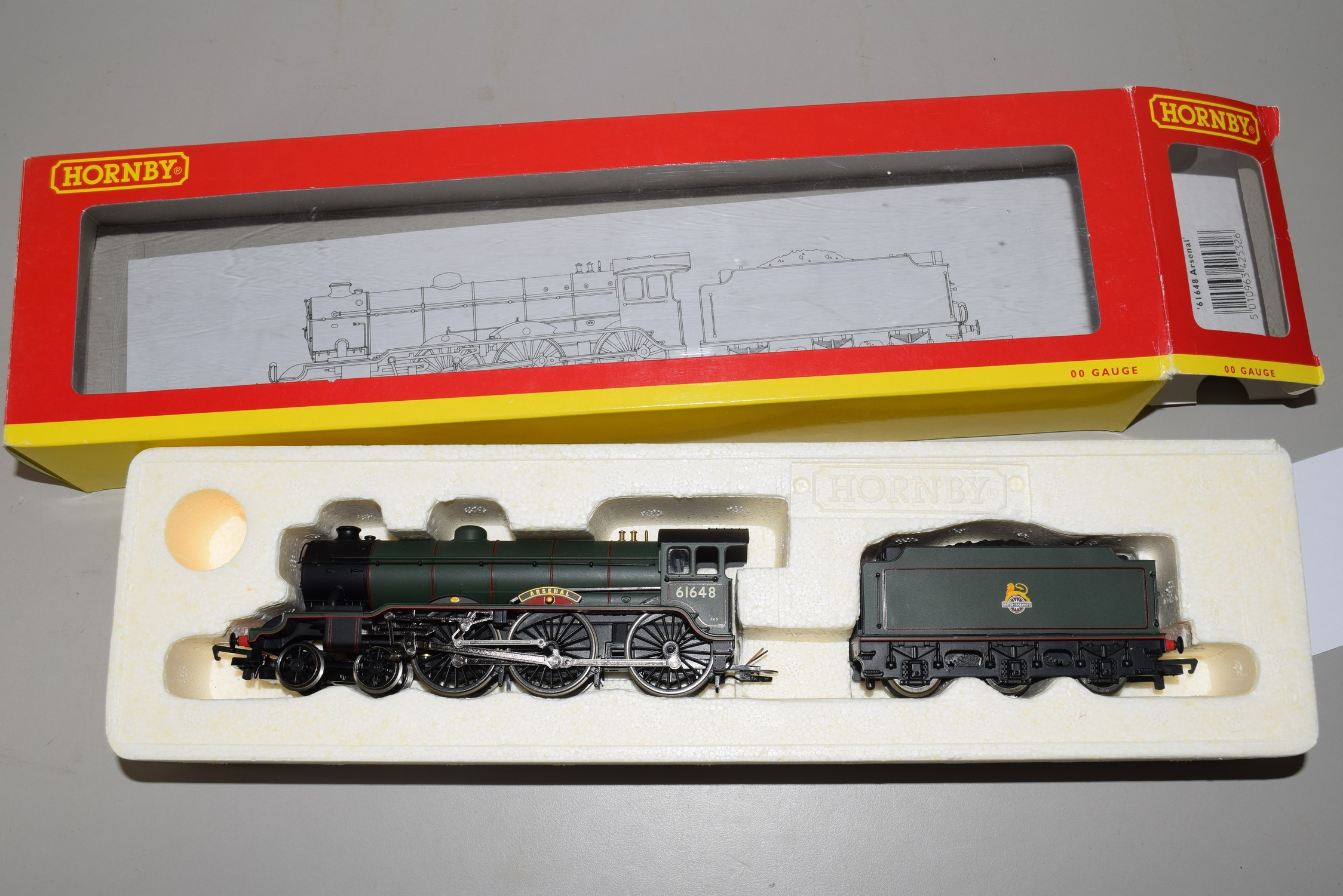 """Boxed Hornby 00 gauge R2532 BR 4-6-0 Class B17-4 """"Arsenal"""" locomotive No 61648"""