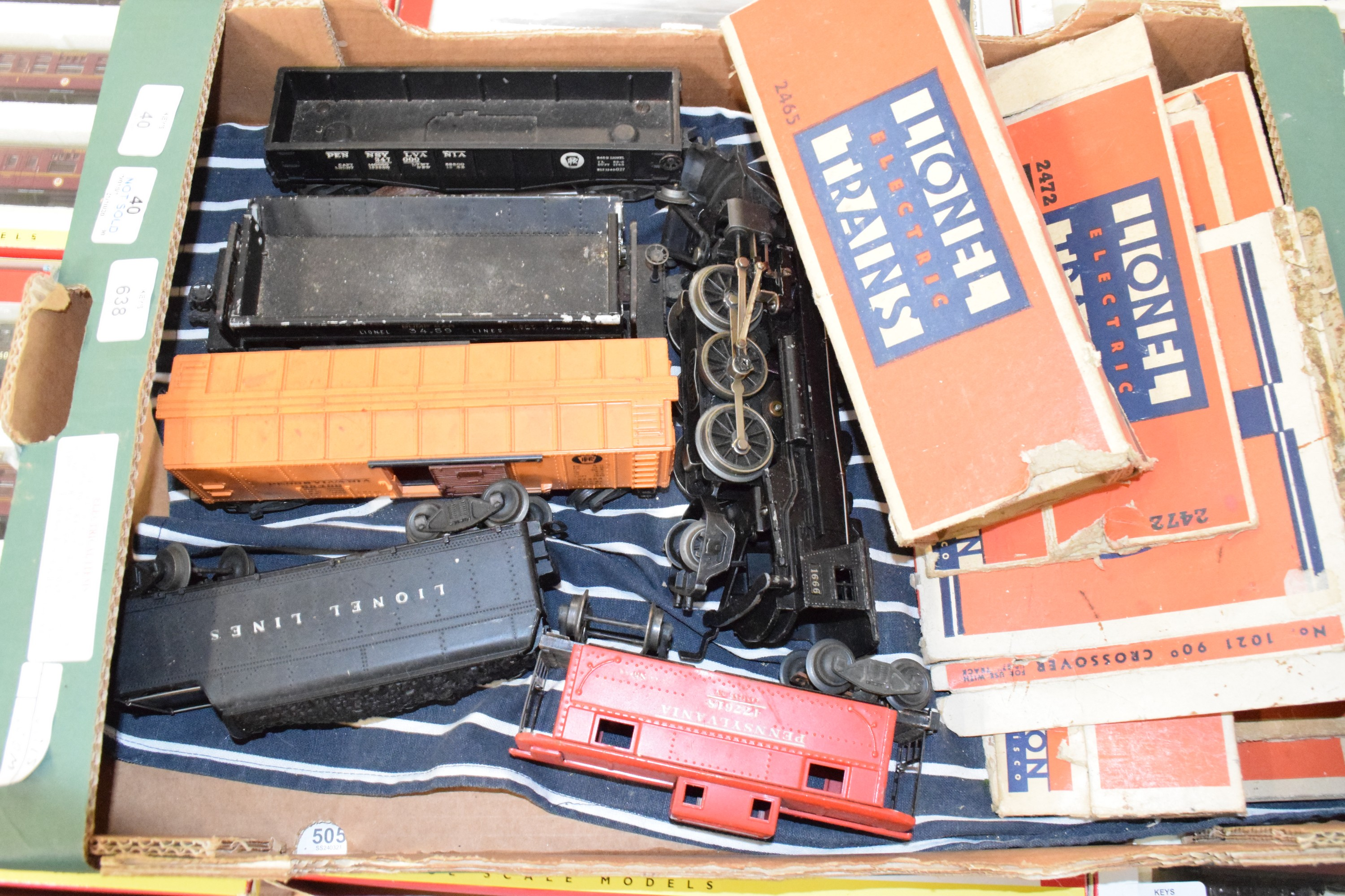 Post war American Lionel electric '0' gauge train set in very good condition comprising 1 x 2-6-2
