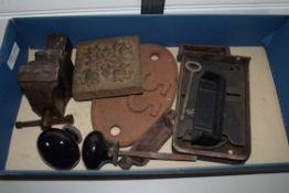BOX CONTAINING VINTAGE KEY LOCKS AND PLATES