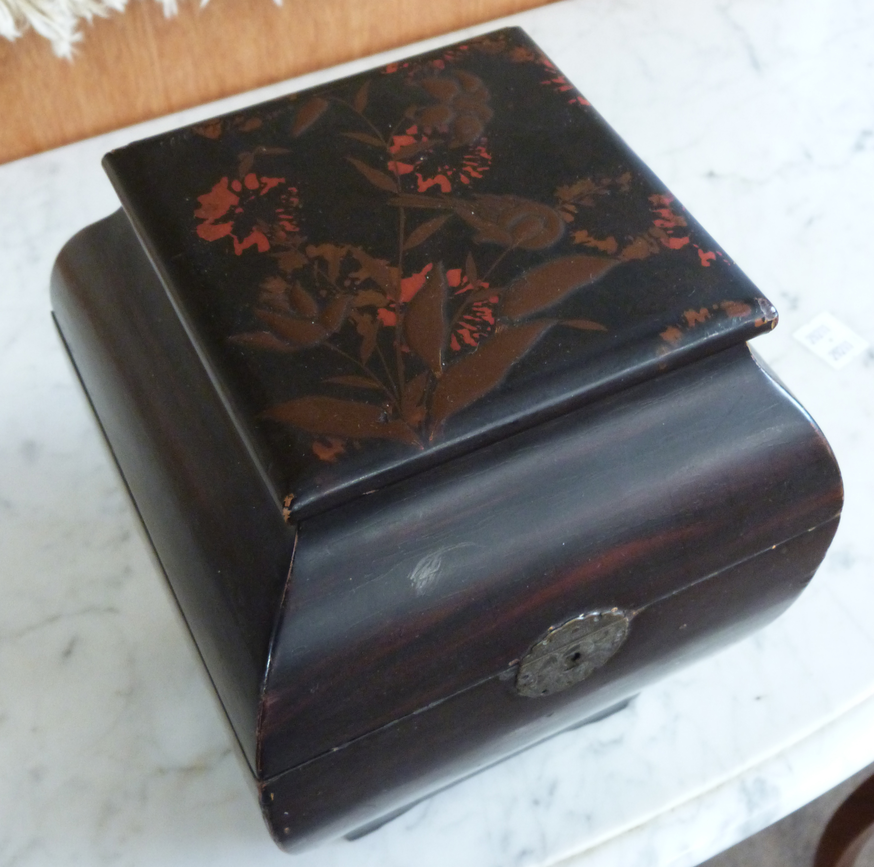 Japanese porcelain tea caddy with a lacquer decoration to the top of flowers, 20cm high - Image 4 of 5