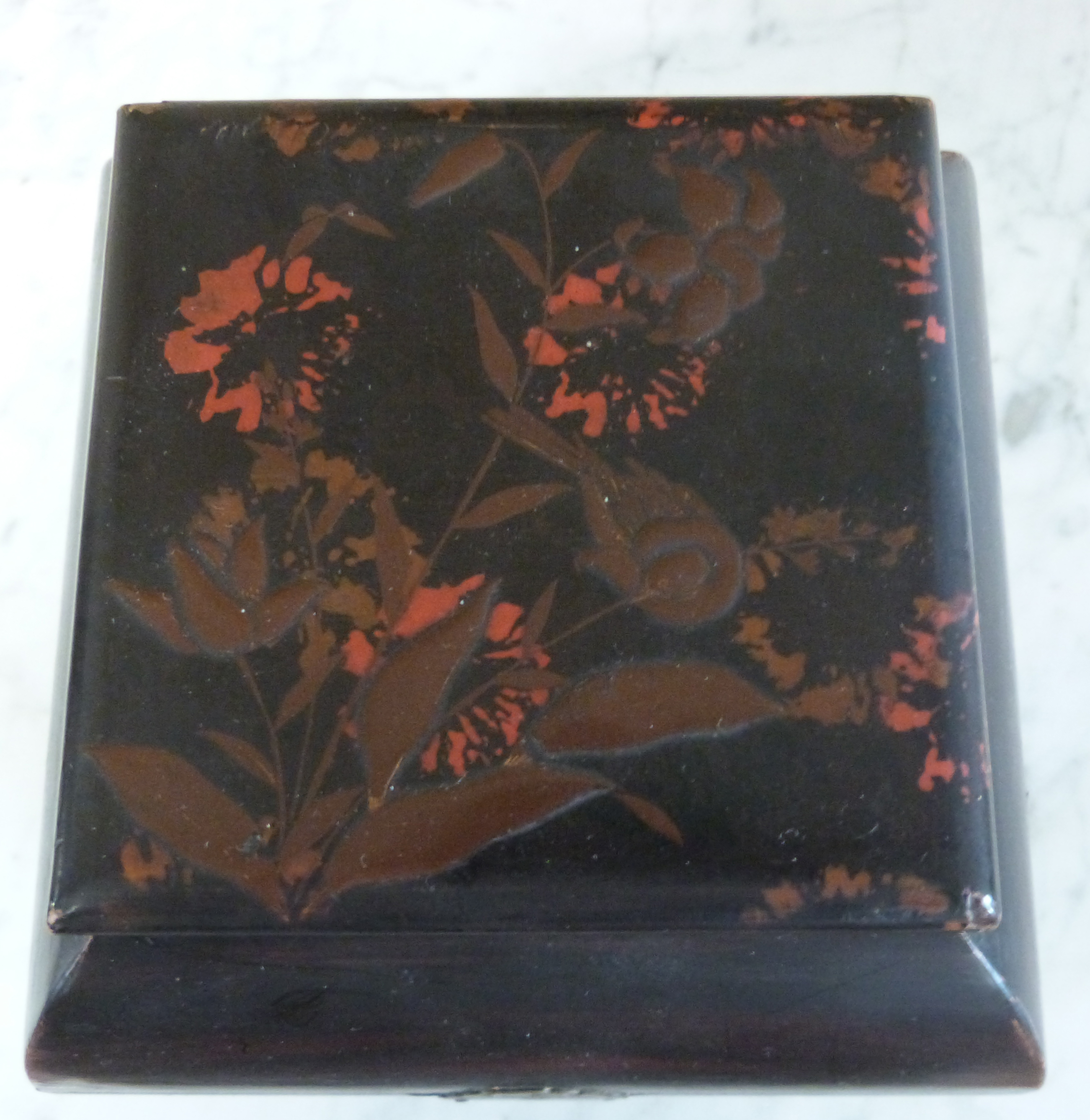 Japanese porcelain tea caddy with a lacquer decoration to the top of flowers, 20cm high - Image 3 of 5