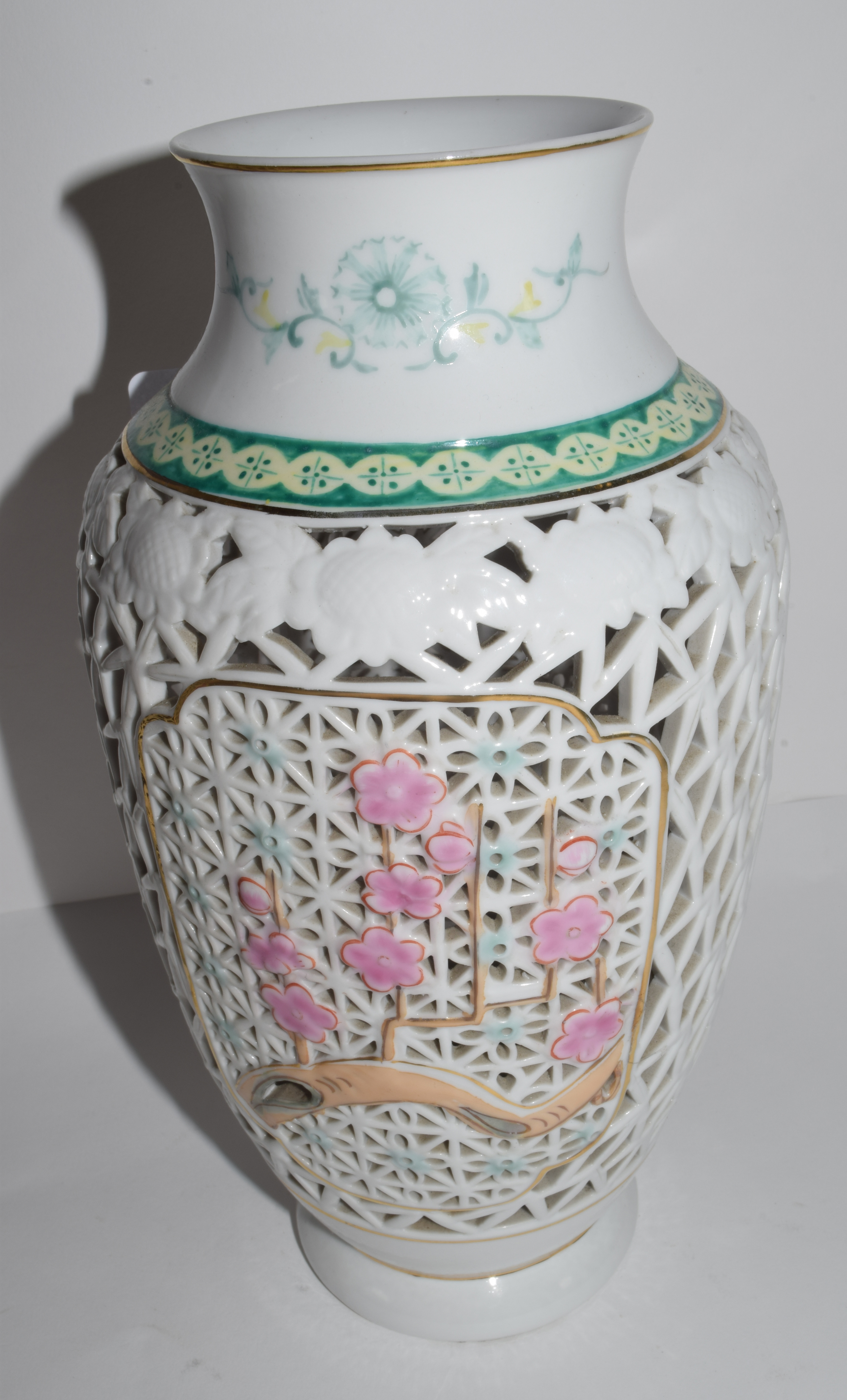 Modern pair of Oriental vases with a pierced design and pink flowers (2), 20cm high - Image 2 of 2