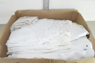 BOX CONTAINING VINTAGE LACE AND LINENS