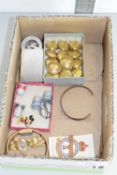 BOX CONTAINING QTY COLLECTABLES INCLUDING SILVER PLATED MATCH COVER, NAVAL BRASS BUTTONS, ENAMEL
