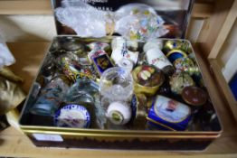 MIXED LOT: VARIOUS MINIATURE VASES TO INCLUDE CLOISONNE, SNUFF BOTTLES, MODERN TRINKET BOXES AND A