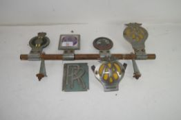 GROUP OF VINTAGE CAR BADGES TO INCLUDE AA, ROLLS ROYCE, ST CHRISTOPHER ETC