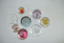 MIXED LOT: EIGHT VARIOUS PAPERWEIGHTS TO INCLUDE CAITHNESS, MATS JONASSON ETC